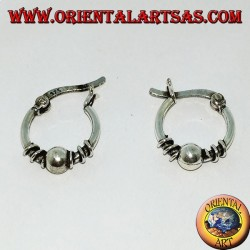 Orecchino a cerchio con chiusura a leva in argento, pallina e serpentina