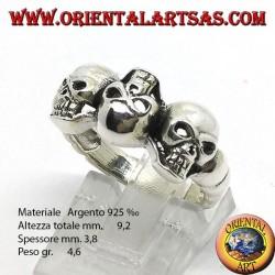 Anello in argento con tre teschi alternati