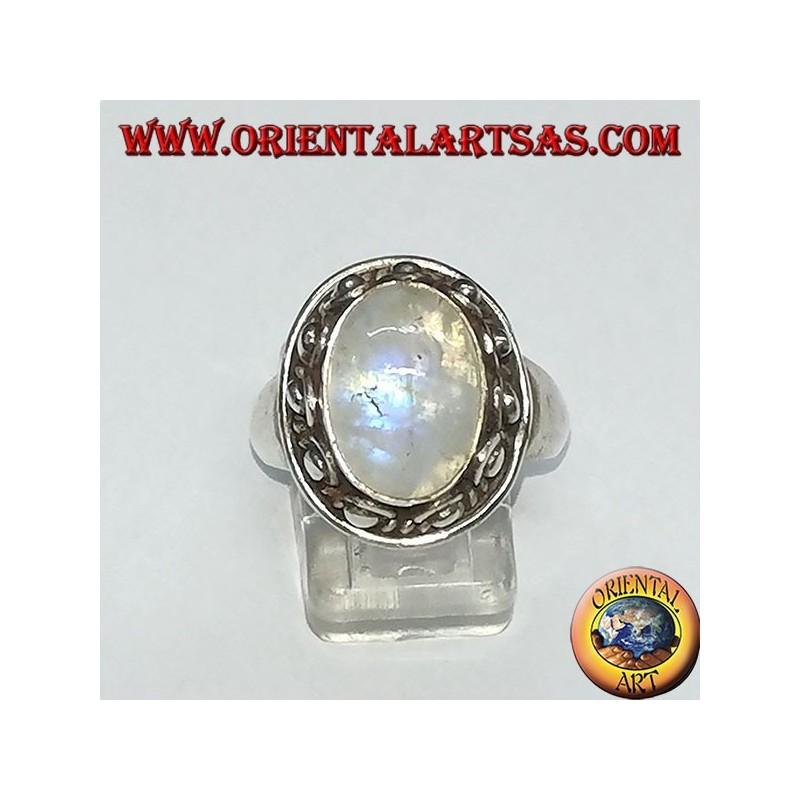 Anello in argento con pietra di luna arcobaleno ovale ed incastonata con un bordo borchiato a pallini