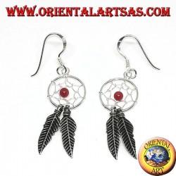 Pendientes en plata atrapasueños pequeños con bola de coral rojo.
