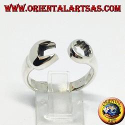 Silberring in Form eines Ringschlüssels und einer Gabel kombiniert mit einem Mechaniker