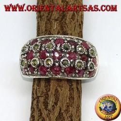 Silberring mit drei Reihen von sieben Rubinen zwischen Markasiten