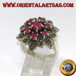 Anello d'argento fiore con sette rubini incastonati contornati da marcasiti