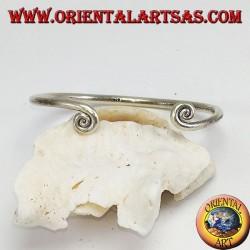 Bracciale in argento filo con spirali alla fine, fatto a mano dai Karen