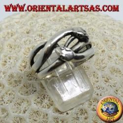 Серебряное кольцо с двумя змеями, которые ухаживают, в любви
