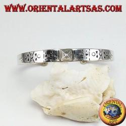 Жесткий серебряный браслет с ручной гравировкой и пирамидальной вставкой в центре