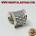 Anello a fascia larga concava con rombi a bassorilievo in argento