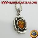 Ciondolo in argento a forma di fiore con un ambra semisferica centrale