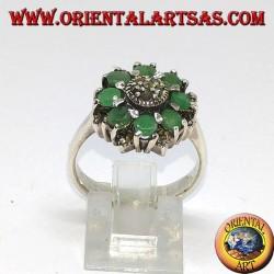 Серебряное кольцо с 8 естественными круглыми изумрудами в окружении марказитов