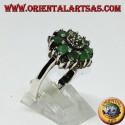 Anello in argento a fiore con 8 smeraldi tondi naturali contornato di marcasiti