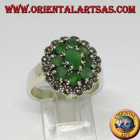 Anello in argento con 1 smeraldo ovale ed 8 smeraldi tondi naturali contornato di marcasiti