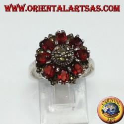 Серебряное кольцо круглой формы с 8 натуральными овальными и марказитовыми гранатами