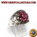 Anello in argento a fascia con un fiore di 9 rubini tondi incastonati