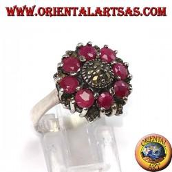 Серебряное кольцо с 8 круглыми рубинами и марказитами в центре