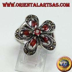 Серебряное кольцо в форме цветка с 5-ю челночными гранатами и центральным круглым
