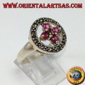 Anello in argento tondo con una crocetta di 4 rubini tondi incastonati