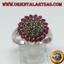Anello in argento tondo con una semisfera di marcasite contornato da 18 rubini tondi incastonati