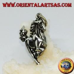 Colgante de plata de un caballo que brinca