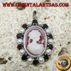 Silberanhänger mit Kamee auf Perlmutt, umgeben von Perlen und Granaten