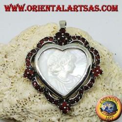 Silberne Herzbrosche mit Perlmutt-Kamee, umgeben von Granaten