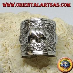 Anello in argento a fascia con elefanti cesellati a mano dai Karen