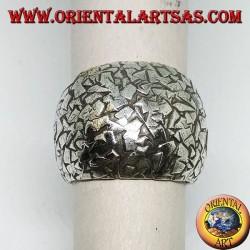 Anello a fascia bombata in argento martellata a schegge fatta a mano