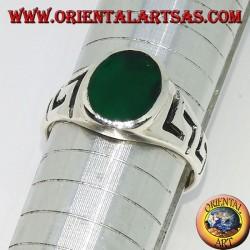 Anello in argento con greca intagliata ed agata verde ovale