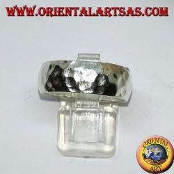 Anello a fascia bombata in argento martellata da 8 mm.  fatta a mano