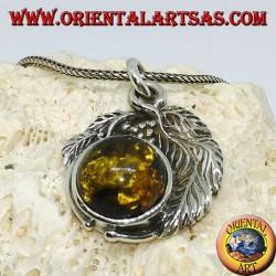 Серебряный кулон с полусферическим янтарем между листьями