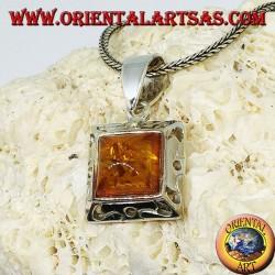Ciondolo in argento con un ambra quadrata e bordo intagliato