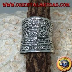 Anello a fascia concava in argento con disegni geometrici