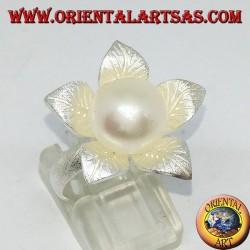 Anello in argento satinato a forma di fiore con un perla centrale