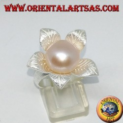 Bague en argent satiné en forme de fleur avec une perle rose centrale