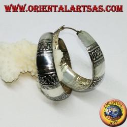 Orecchini in argento a cerchio di fascia larga bombata con decorazione ad onde trasversali