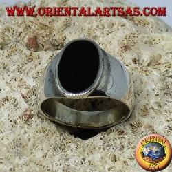 Silberring mit flachem, ovalem Onyx, der bündig mit der Kante abschließt