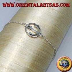 Weiches Silberarmband mit einem marineblauen Anker in der Mitte