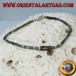 Bracelets avec des tubes de jade bruts et des boules d'argent enfilées