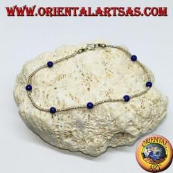 Armband mit silbernen Kugeln und Ketten aus blauen Achatperlen