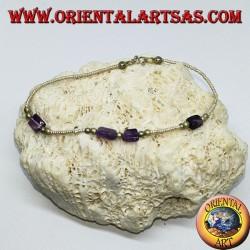 Bracelet ficelé avec des boules d'argent et des morceaux d'améthyste