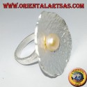 Shell-shaped satin silver ring with a central pink pearl