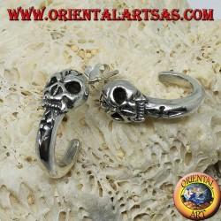 Orecchino in argento,  semicerchio pirata con teschio