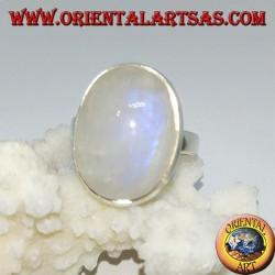Anillo de plata con un conjunto simple de piedra de luna ovalada del arco iris