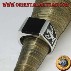 Silberner Ring mit quadratischem Onyx und kaiserlichen Flachreliefadlern an den Seiten