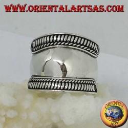 Breiter Bandring in Silber mit hohen Spiralkanten, Bali