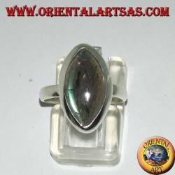 Anello in argento con labradorite a taglio navetta