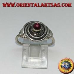 Anello in argento a filo con granato tondo a cabochon