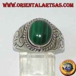 Серебряное кольцо с овальным малахитом и разрезами с обеих сторон