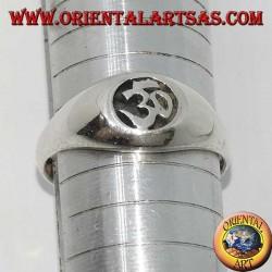 Silberring mit Aum oder Om (ॐ) heiligem Buchstaben des Flachrelief-Hinduismus