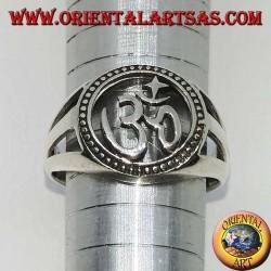 Bague en argent avec lettre sacrée de l'hindouisme sculptée par Aum ou Om (ॐ)