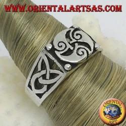 Bague en argent avec trois spirales en triskèle et nœuds Tyrone sur les côtés